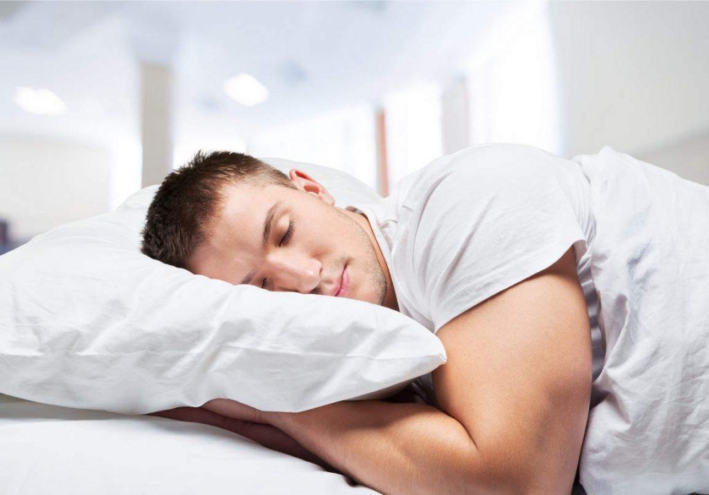 schlafender Mann im Monteurzimmer